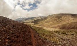 Een weg in Indisch Himalayagebergte stock foto