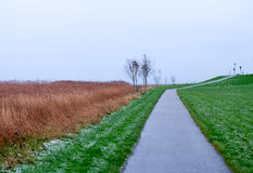 Een weg langs de bank van het Noorden ziet op een de winterdag Husum, Duitsland stock afbeelding