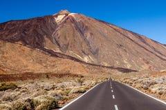 Een weg om Teide, Tenerife, Spanje op te zetten. Stock Fotografie