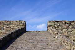 Een weg van stenen die rechtstreeks in de hemel vliegt royalty-vrije stock foto