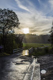 Een weg windt in de afstand tijdens regen stock fotografie