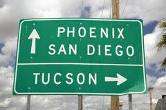 Een wegteken tusen staten in Arizona die verkeer leiden aan Tucson, San Diego en Phoenix, AZ stock foto's