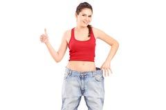 Een weightlossmeisje dat een duim opgeeft Royalty-vrije Stock Fotografie
