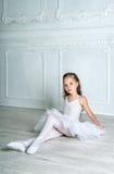 Een weinig aanbiddelijke jonge ballerina in een speelse stemming in inter royalty-vrije stock foto