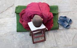 EEN WEINIG Boeddhistische monnik Stock Afbeelding