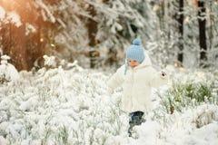 Een weinig droevige jongen in de sneeuwende winter Royalty-vrije Stock Fotografie