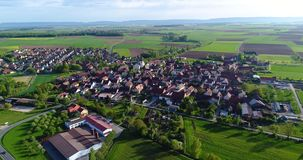 Een weinig Europese stad met een kerk in het centrum, Europese architectuur, Europees dorp stock video