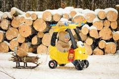 Een weinig gelukkige jongen in de sneeuwende winter Stock Foto's