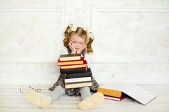 Een weinig het meisje met boeken stock foto