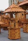 Een weinig houten goed met een emmeremmer voor een decoratie van een tuin Stock Fotografie