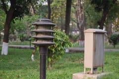 Een weinig mooie lampposten op opperst hofgebied stock fotografie