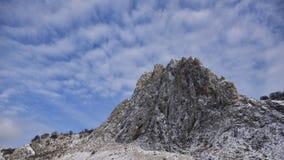 Een weinig sneeuw over de bergpiek in ` Cheile Valisoarei ` Royalty-vrije Stock Fotografie