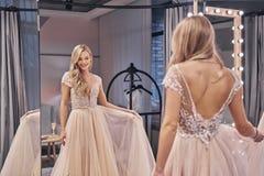 Een welke mooie kleding Mooie jonge vrouw die huwelijk dragen dres stock afbeelding