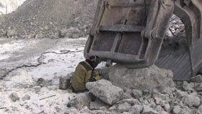 Een werkende metaallasser werkt in een steengroeve stock footage
