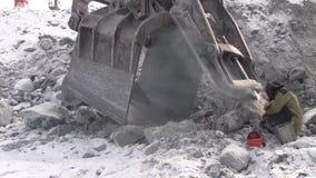 Een werkende metaallasser werkt in een steengroeve stock video