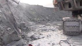 Een werkende metaallasser werkt in een steengroeve stock videobeelden
