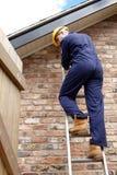 Een werkman omhoog een ladder royalty-vrije stock foto's