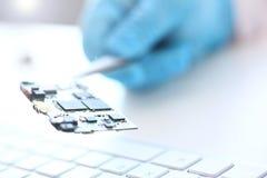 Een werknemer van de dienst van de computerreparatie stock afbeeldingen