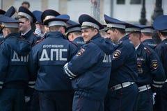 Een werknemer van de Russische politie van de dienst van de wegpatrouille stock foto