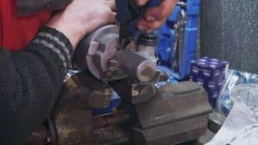Een werktuigkundige met handen na breuken herstelt een deel voor auto in een ondeugd stock videobeelden