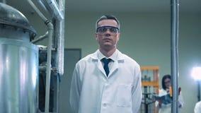 Een wetenschapper die camera bekijken stock videobeelden