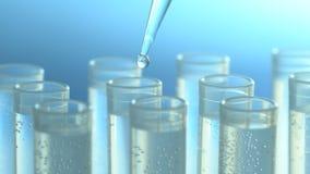 Een wetenschapper met een pipet analyseert een gekleurde vloeistof om DNA en de molecules in de reageerbuizen te halen stock footage