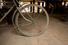 Een wiel van uitstekende fiets stock foto