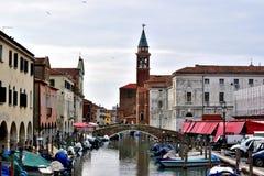 Een wiev van kanaal en oude gebouwen in Chioggia Stock Foto