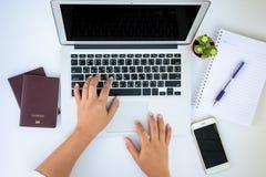 Een wijfje overhandigt het werken met laptop Stock Afbeeldingen