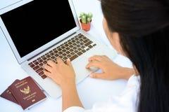Een wijfje overhandigt het werken met laptop Stock Foto's