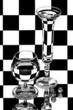 Een wijnglas, een vaas en sommige kleine glasballen Stock Foto