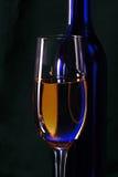 Een wijnglas en een fles Royalty-vrije Stock Afbeelding