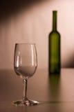 Een wijnglas en een fles Royalty-vrije Stock Foto's
