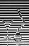 Een wijnglas en een vaas op de spiegel Stock Fotografie