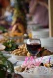Een wijnglas op een lijst Stock Fotografie