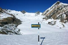 Een wijzer aan de kruispunten aan Meshokanto-pas, Annapurna-gebied, Nepal Stock Foto's