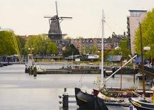 Een windmolen op kanaal in Amsterdam Royalty-vrije Stock Foto's