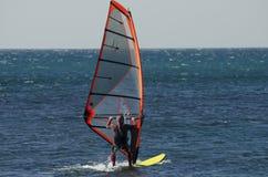 Een windsurfer berijdt op het overzees in kalme, lichte wind stock foto's