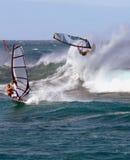 Een windsurfer in grote golven Royalty-vrije Stock Foto's