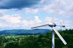 Een windturbine op een windlandbouwbedrijf Stock Foto