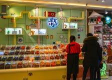 Een winkel op straat in Harbin, China stock foto