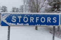 Een winterse dwarsweg met een teken Royalty-vrije Stock Foto