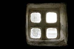 Een wit antiek venster met klein misted glazen op een zwarte achtergrond Royalty-vrije Stock Afbeelding