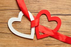 Een wit en rood hart bindt samen met een rood lint Royalty-vrije Stock Afbeeldingen