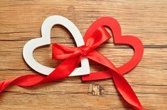 Een wit en rood hart bond samen met een rood lint Royalty-vrije Stock Foto