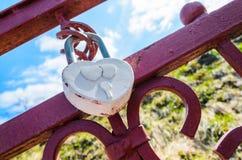 Een wit hart-vormig liefdehangslot Stock Fotografie