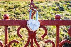 Een wit hart-vormig liefdehangslot Stock Afbeelding