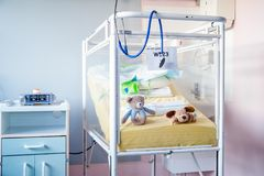 Een wit het ziekenhuisbed van ` van antieke zieke kinderen Royalty-vrije Stock Fotografie