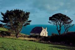 Een wit huis op de kustlijn van Cornwall stock afbeeldingen