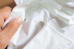 Een wit katoenen overhemd met grootte XXL Stock Fotografie